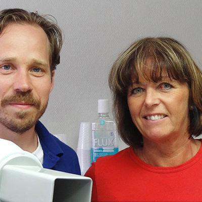 Kliniksamordnaren Lena Kempe införde ett nytt schema när två kliniker slogs ihop till en. Tandläkare Carl Holmberg känner sig piggare idag, när han kan styra mer över sin egen arbetstid.