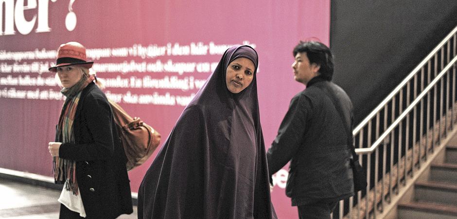 Ögonblicksbild av en blond kvinna, en mörkhyad kvinna och en sydamerikansk man.