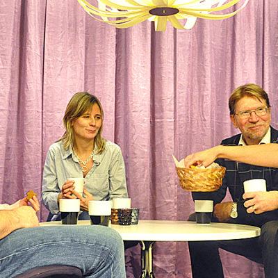 Fyra kollegor sitter vid ett bord och fikar.