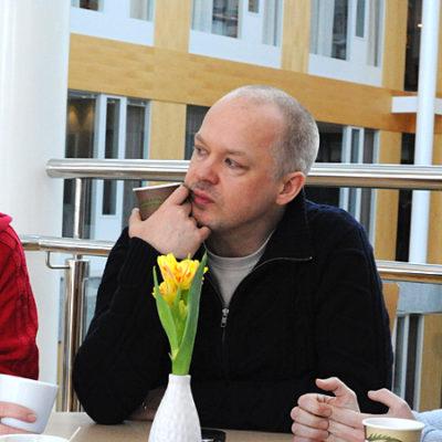 Fyra kollegor samtalar över en fika.