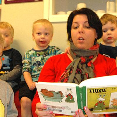Knäpptysta barn när Erika Renman läser om Ludde. Det går att göra något åt förskolebullret, det visar erfarenheter från Umeå.