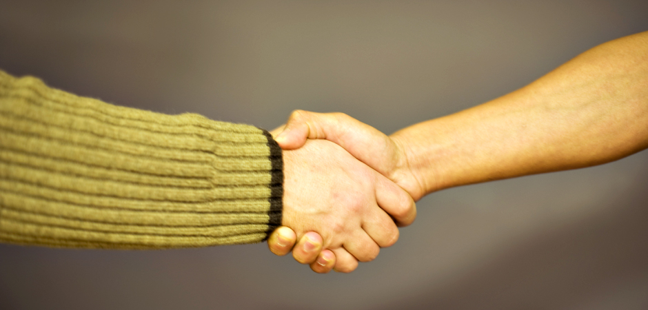 Närbild på händerna på två personer som skakar hand.