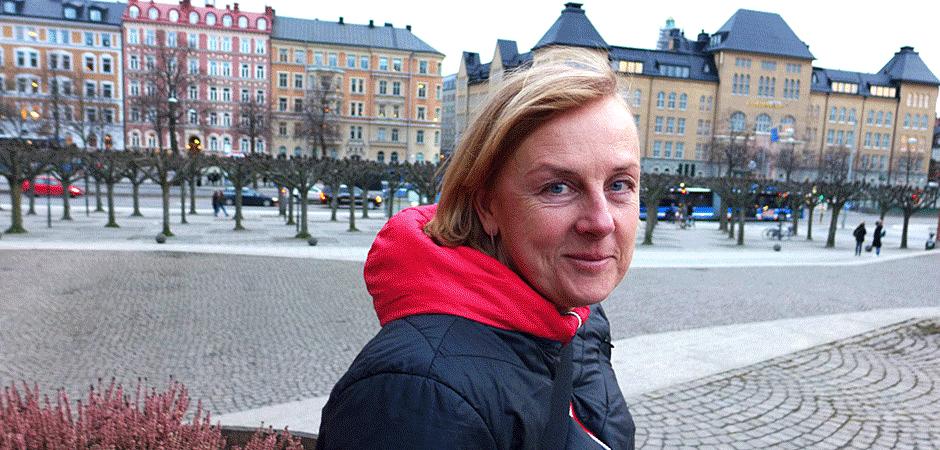 Helena Tobiasson, sjukgymnast som doktorerat vid Kungliga tekniska högskolan, tror att teknikstödda vandrande möten är bra för synergonomi och kreativitet - förutom att man tacklar stillasittandets faror.