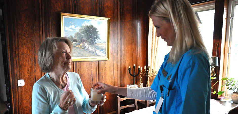 Sjuksköterskan Evelyn Sjöberg gör ett hembesök i stadsdelen Backa i Göteborg.
