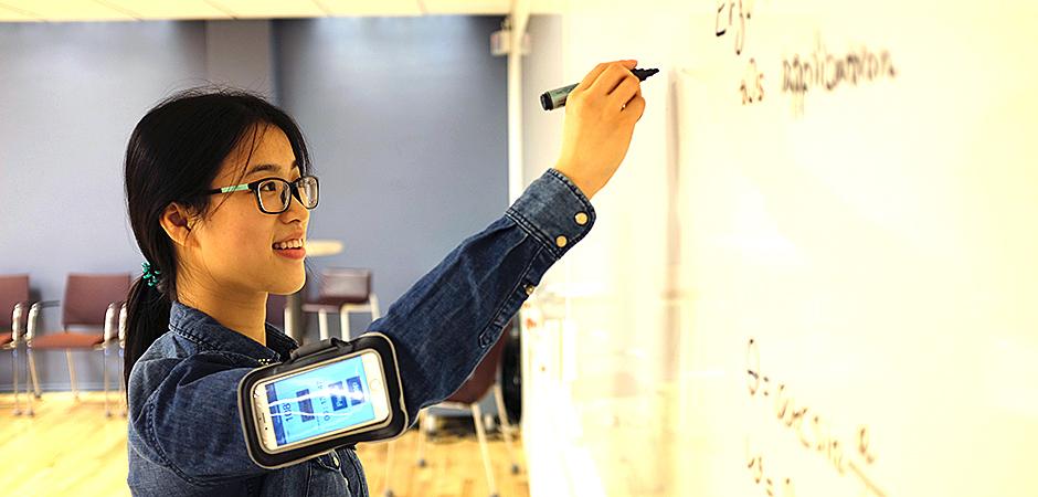Liyun Yang, doktorand i ergonomi, har utvecklat en app som mäter belastning och armvinklar.