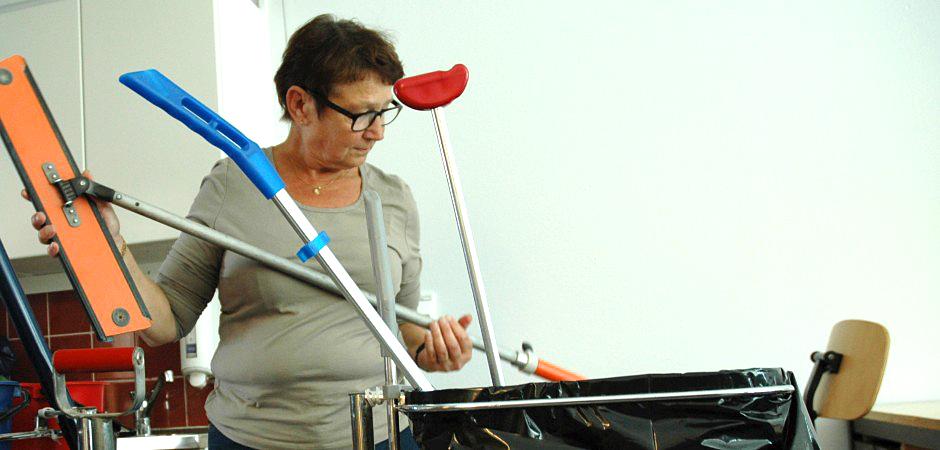 En kvinna som arbetar på städenheten i Lysekil.
