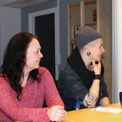 Undersköterskor på Norra Hisingen i Göteborg diskutera olika situationer i mötet med omsorgstagaren, under ett reflektionsmöte.