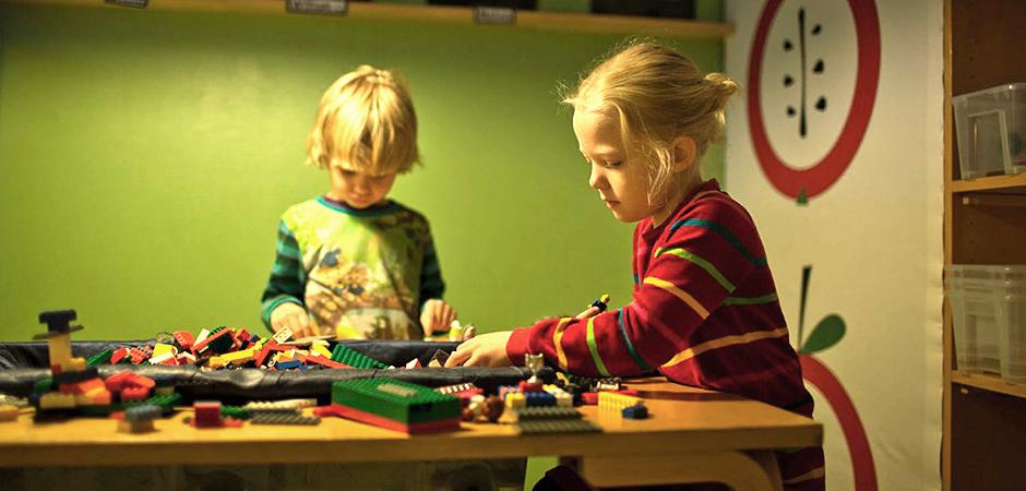 Två barn leker på förskolan Nyarp i Bankeryd i Jönköping.
