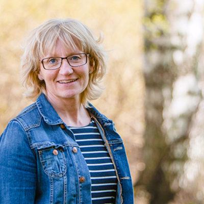‒ Det nya nu är att vi involverar arbetsgivaren så att det blir mer strukturerade och konkreta åtgärder på arbetsplatsen, säger Therese Stenlund, forskare vid Umeå universitet.