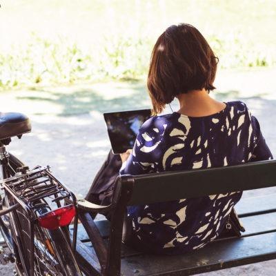 stresskänslighet - kvinna med dator och cykel