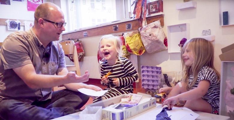 Samuel West leker med skrattande barn