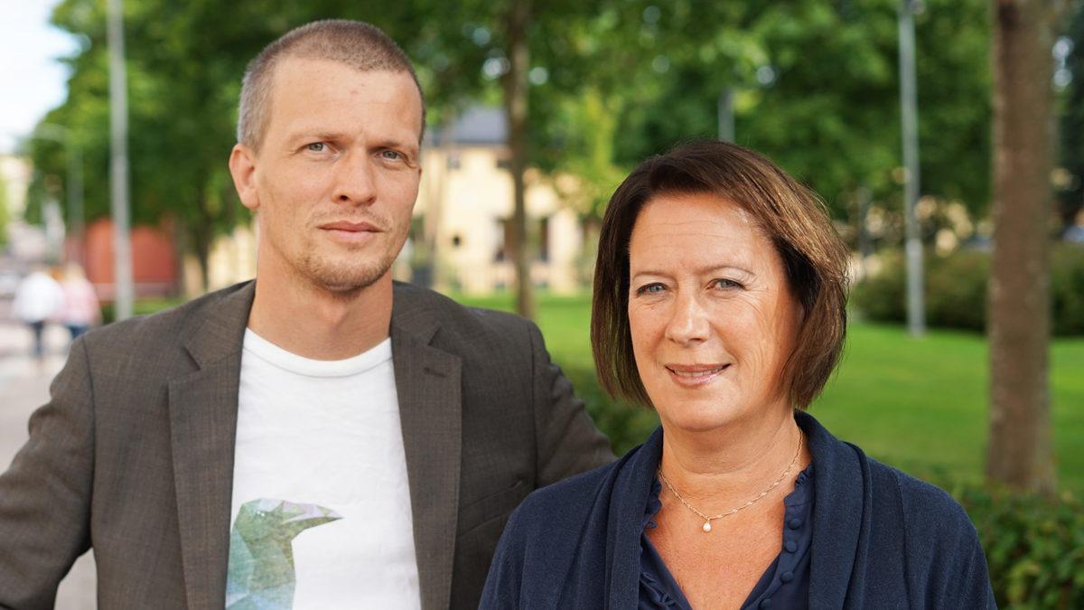 richard mårtensson och susanne norberg sedda framifrån imed en grön park i bakgrunden