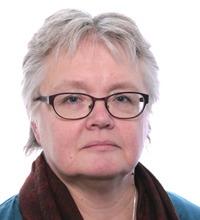 Kortklippt kvinna med glasögon tittar in i kamera, porträtt
