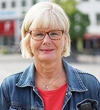 pia joelsson, omvårdnadschef Falun kommun, porträtt rakt framifrån. jeansjacka, ljust hår, röda galsögon.