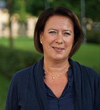 susanne norberg, kommunstyrelsens ordförande, sedd framifrån i porträtt, med grön park bakom