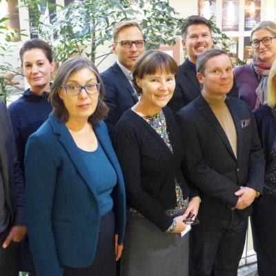 Arbetsmiljörådets medlemmar, som förhandlat fram ett nytt samverkansavtal. Gruppbild tagen snett från sidan/uppifrån. halvbild på nio personer som tittar in i kameran.