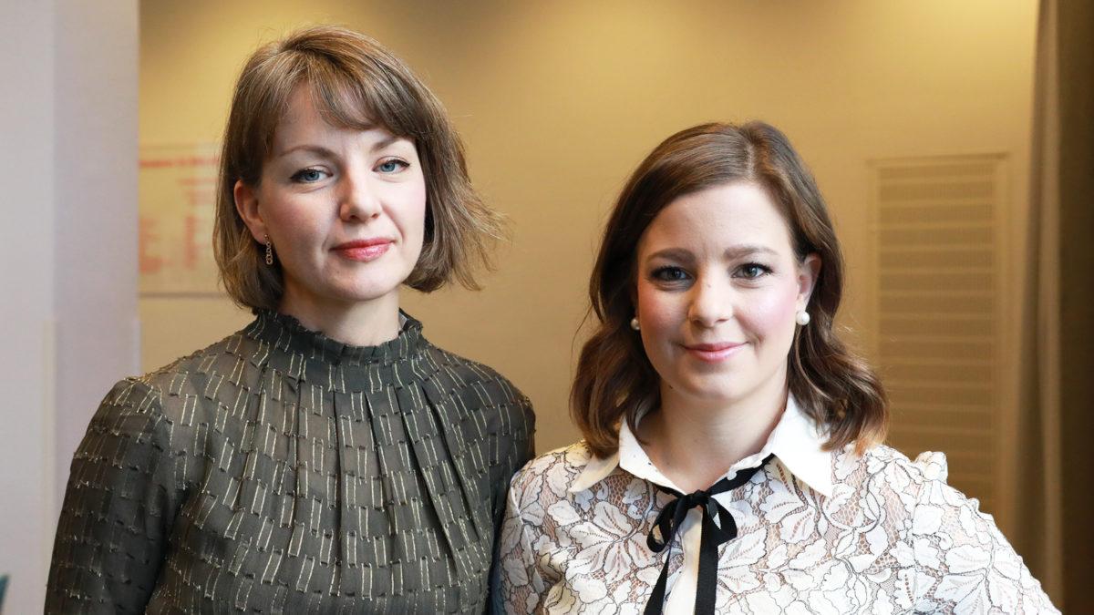 porträtt på Chefios-forskarna Lisa Björk och Linda Corin, båda i jordfärgade blusar. båda med brunt hår, pagefrisyrer, läppstift. De ler och ser in i kameran. En mycket lugn bild.