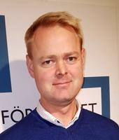 Porträtt på kortklippt blond leende Martin Håland
