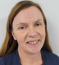 porträtt på Lisa Vizins, HR-konsult i Kinda kommun. Långt brunt rakt hår och blå tröja.
