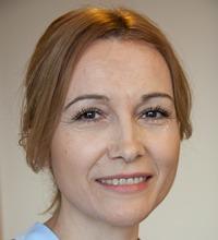 Porträttbild framifrån av leende Zehra Kozica