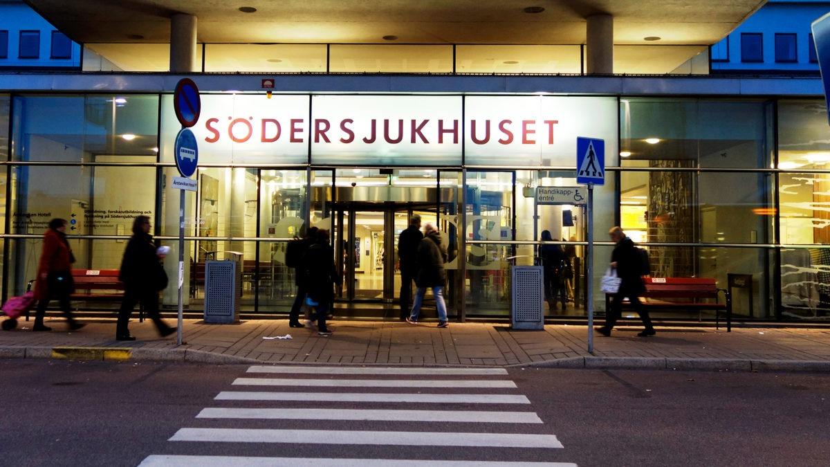 Stora entrén till Södersjukhuset i Stockholm i halvmörker.
