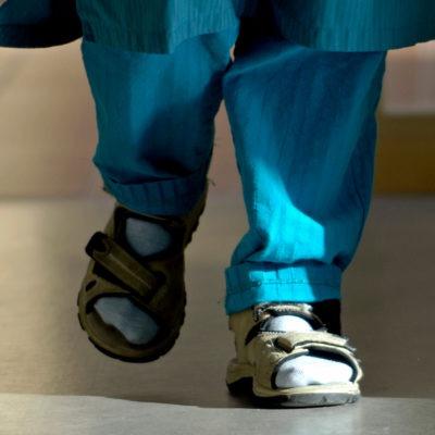 Fötter och ben på medarbetare i vården, i korridor