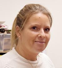 Porträtt leende blond Jenny Rosengren, pratar Vår arbetsmilljö