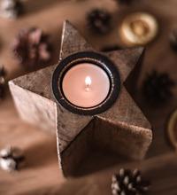 Tänt värmeljus i stjärnljusstake, tema jul på jobbet