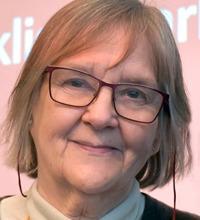 Porträtt Marie Åsberg med glasögon, tema utmattningssyndrom och stress