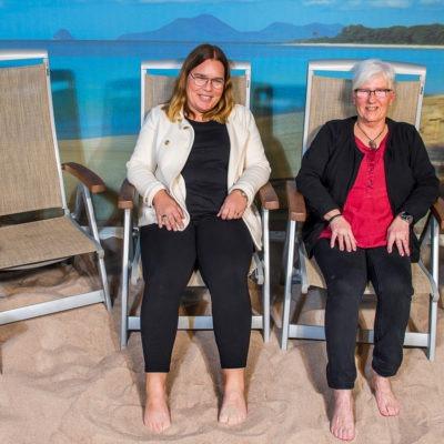 Två kvinnor inomhus i solstolar i solparadisrum, allaktivitetsrum Emmaboda