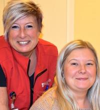 Närbild hemtjänstmedarbetare Anna och Sandra Jacobsson ler och tittar in i kameran, verktyget Vård i annans hem
