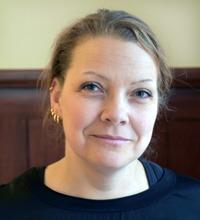 Porträtt Johanna Andersson mot vägg, organisatorisk och social arbetsmiljö