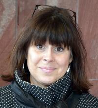 Porträtt Maria Burtus utomhus mot vägg, organisatorisk och social arbetsmiljö
