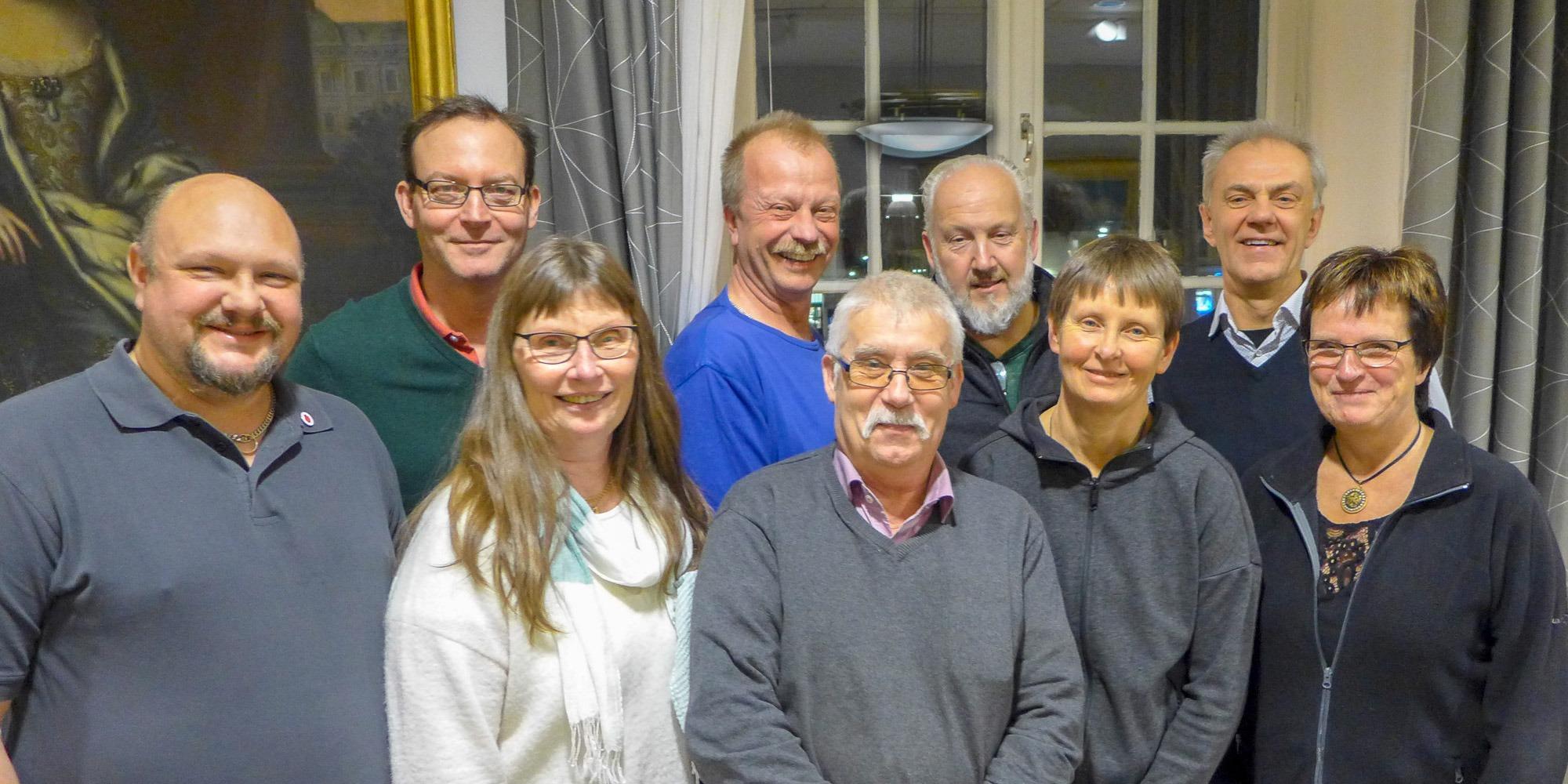 gruppbild på nio glada personer i medelåldern. Står framför ett stort fönster. Personerna är politiker i Askersunds kommun och har gått Suntarbetslivs arbetsmiljöutbildnng.