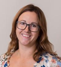 Porträtt leende Annelie Friman med glasögon och långt hår, dela-kultur