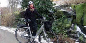 Krstina Taremark utomhus med cykelhjälm vid elcykel, avsiktsförklaring