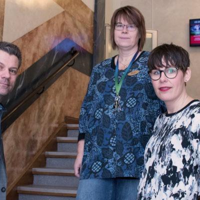 Rektor och två lärare i trätrappa, arbetstid lärare