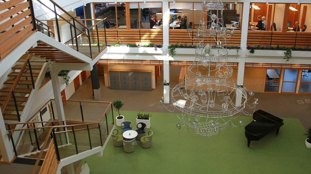 kontorshus trapphus med flera våningar och en flygel på bottenplan