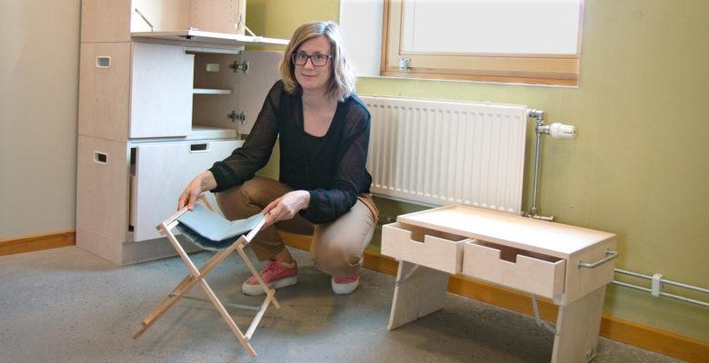 Forskare Johanna Persson visar designförslag för bättre hemsjukvård.