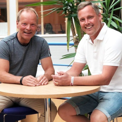 Ronny Mattson och Jesper Rehn, skolledare respektive facklig företrädare Lärarförbundet. Sitter vid ett bord i skolmiljö i Knut Hahn-skolan.