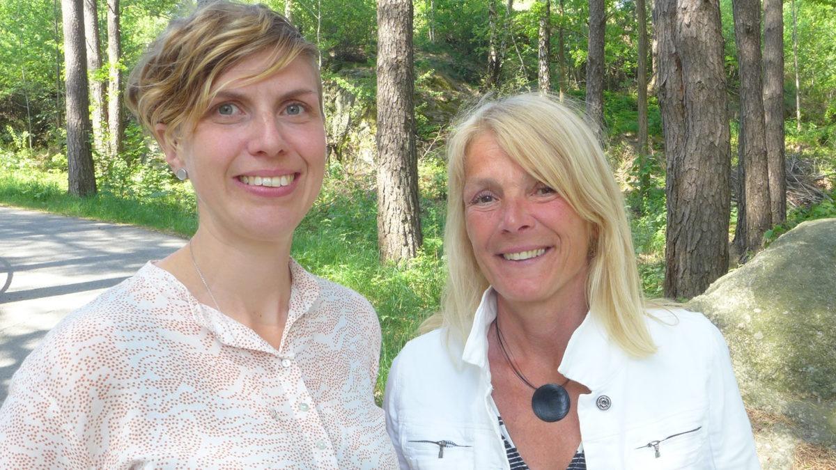 Porträtt ute i en sommarskog av Caroline Forssbaeck och Elisabet Palmér, skapare av Göteborgs stads fördjupande arbetsmiljöutbildning.