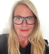 porträtt på Tina Eriksson, förhandlare på SKL. Blond kvinna med stora svarta glasögon.