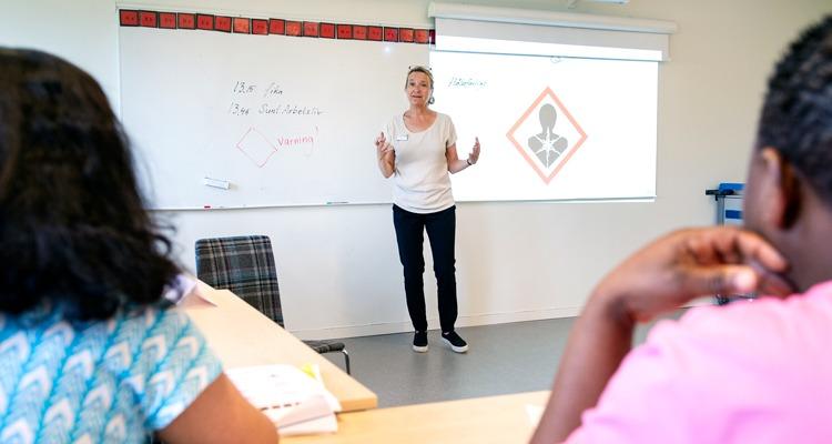 Lärare Charlotte Nilsson undervisar städare i svenska, bl a för bättre arbetsmiljö.