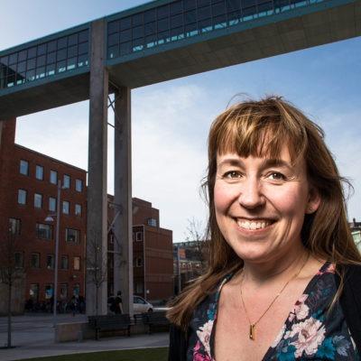 porträtt på Lina Strand Backman, chef för Innovationsplattformen. Bakgrunden är Sahlgrenska sjukhusets hus. Bild utomhus.