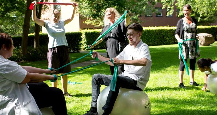 Medarbetare styrketränar som arbetsuppgift, äldreomsorg Köpenhamn.