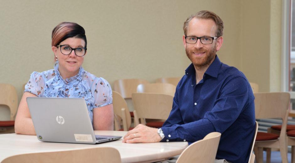 angelica florin, enhetschef, och Jon Rydholm, avdelningschef på socialtjänsten i Nässjö. Sitter vid ett bord i ett sammanträdesrum.