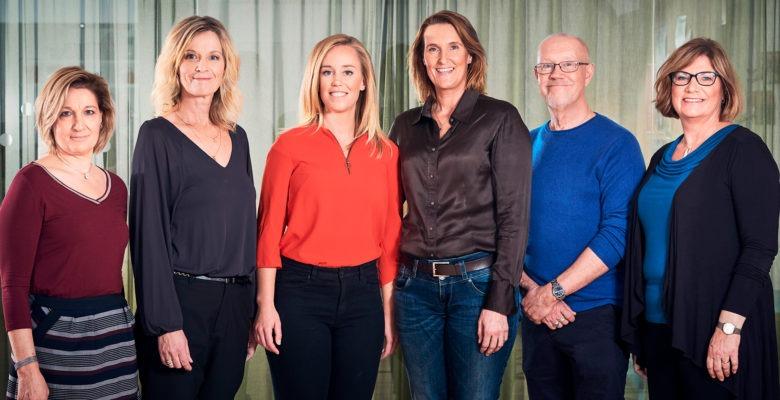 gruppbild på Suntarbetslivs resursteam, sex kvinnor och en man. Inomhus med gardin i ljusgrönt i bakgrunden.