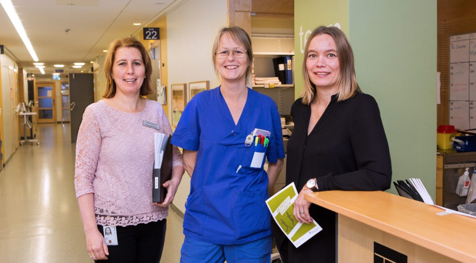 Tre kvinnliga medarbetare i sjukhuskorridor, arbetstidsmodell 80-10-10.