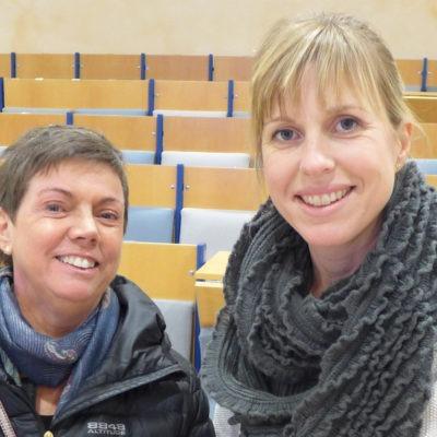 Ann Hammar Blomqvist och Lotta Winberg, skyddsombud i Enköpings kommun. Mot bakgrund av stolsrader i aula.