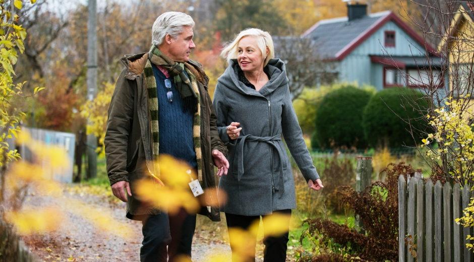Ingemar Blomqvist och Britt-Marie Zaman, på promenad utomhus i vacker höstnatur. Walk and Talk-slinga.